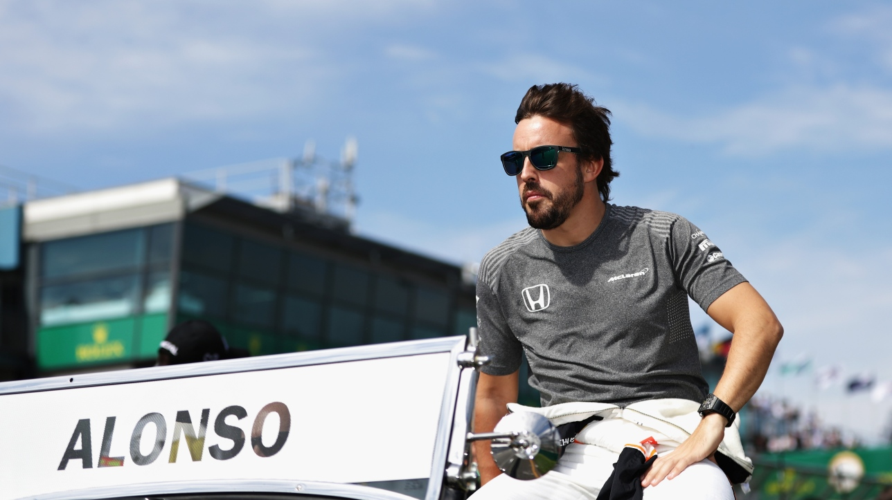 fernando alonso perd une roue de sa mclaren lors des essais f1. Black Bedroom Furniture Sets. Home Design Ideas